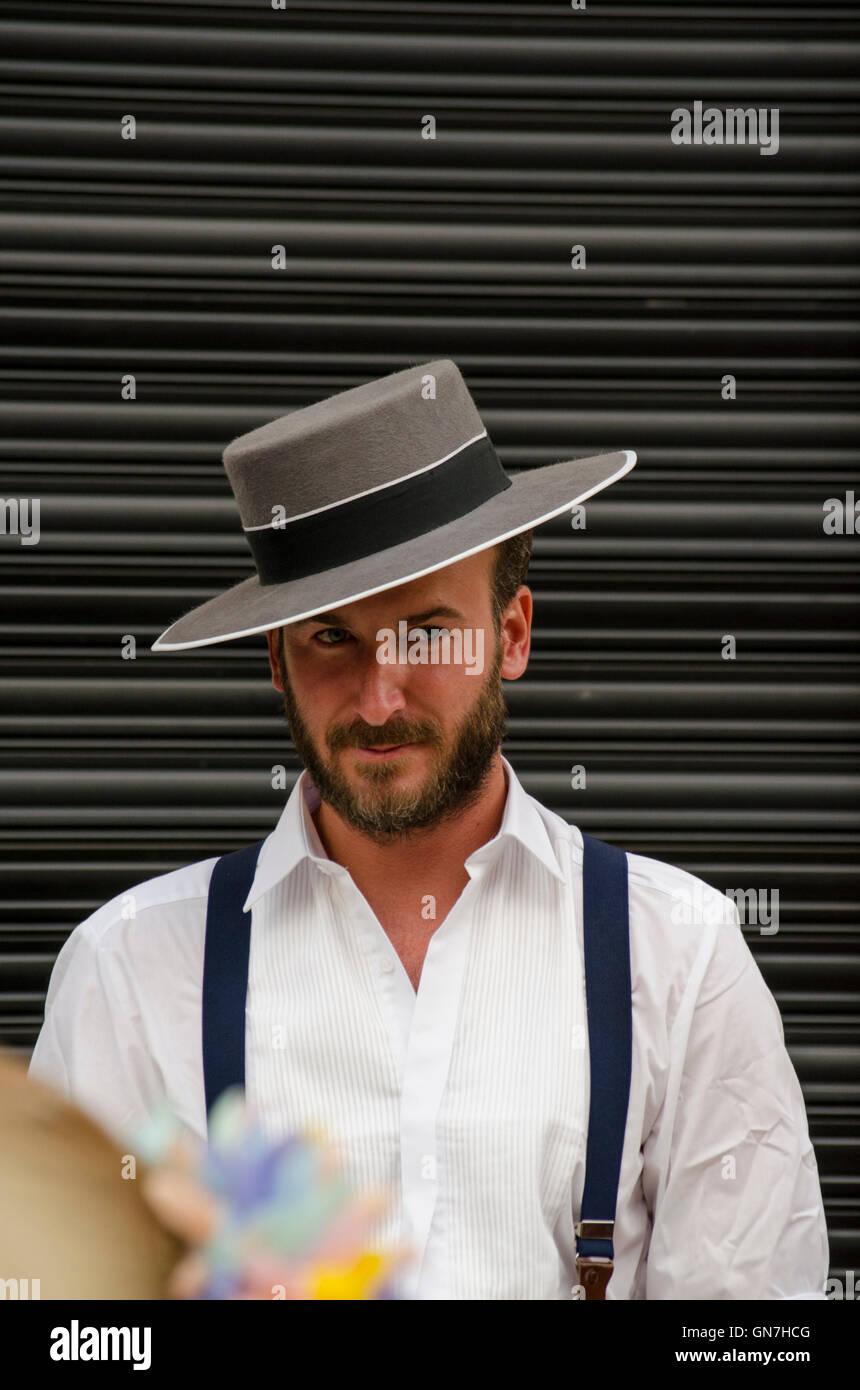 El hombre vestido con traje tradicional española durante la feria de Málaga 23eb19d9a7d