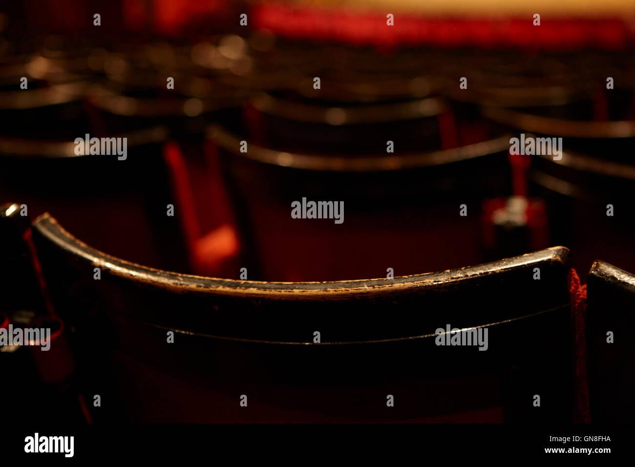 Espalda de desgaste en la fila de asientos en la platea de un teatro de estilo antiguo Foto de stock