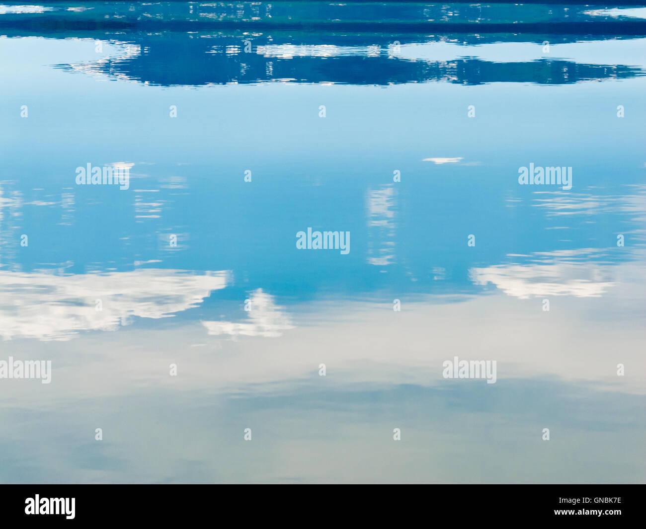 Superficie de agua paisaje reflejado Resumen Foto & Imagen De Stock ...