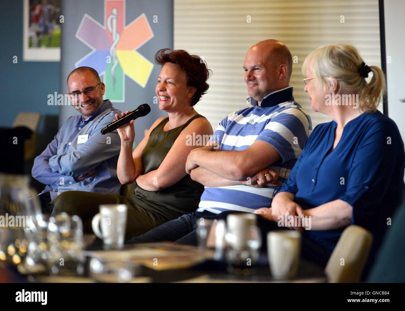 Los oradores en la primera conferencia de ambulancia LGBT, Brighton. Dr Joanna Semlyen hablando Foto de stock