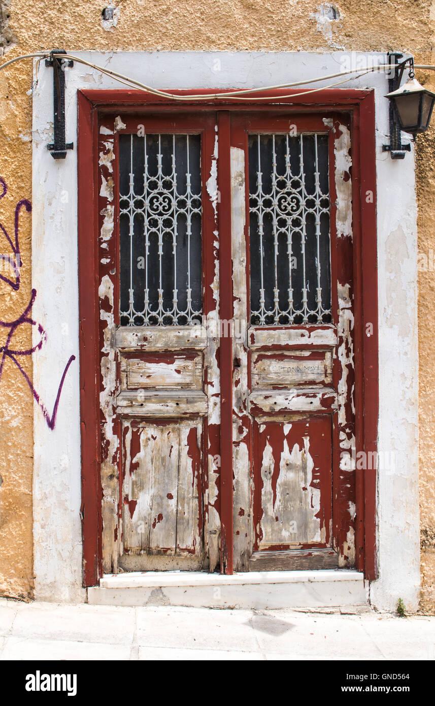 Antigua puerta de entrada a la casa con el color rojo for Puertas blindadas antigua casa gutierrez