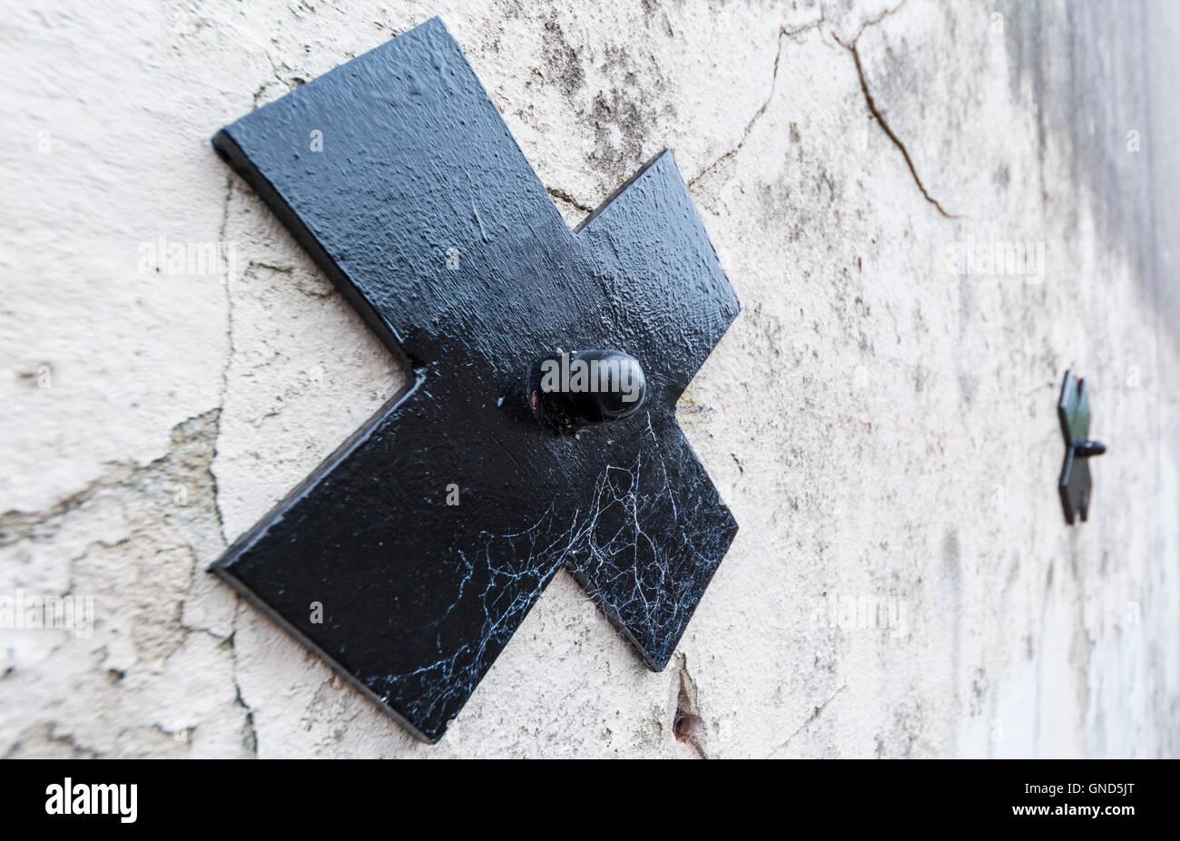 Placa Pattress en una pared sujeción que fija la inestabilidad de la pared exterior. Imagen De Stock