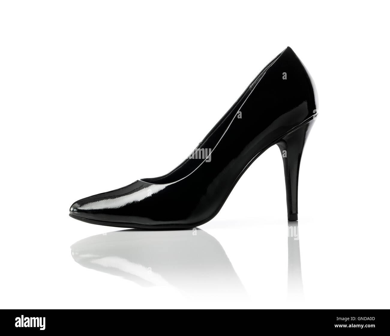 Negro brillante Stiletto talón mujer zapato bomba en blanco. Imagen De Stock 12d12dace11d