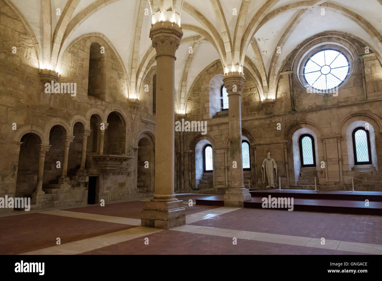 El refectorio del monasterio de Alcobaça, Portugal, en el que los monjes tenían sus comidas cada día. Imagen De Stock