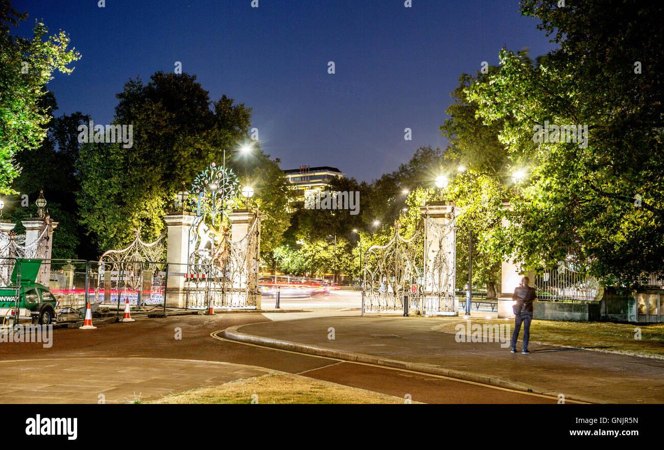 La reina Isabel la puerta por la noche, Londres, Gran Bretaña. Imagen De Stock
