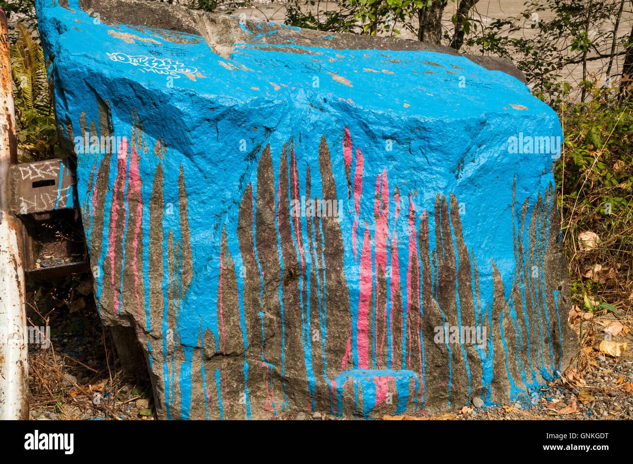 Gran roca pintada con graffiti. Imagen De Stock