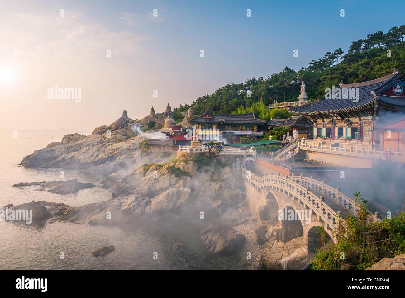 Haedong Yonggungsa Templo en Busan, Corea del Sur. Imagen De Stock