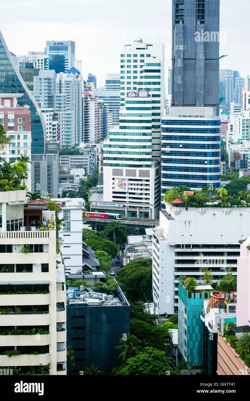 Vista del Skytrain pasando entre rascacielos en Bangkok Imagen De Stock