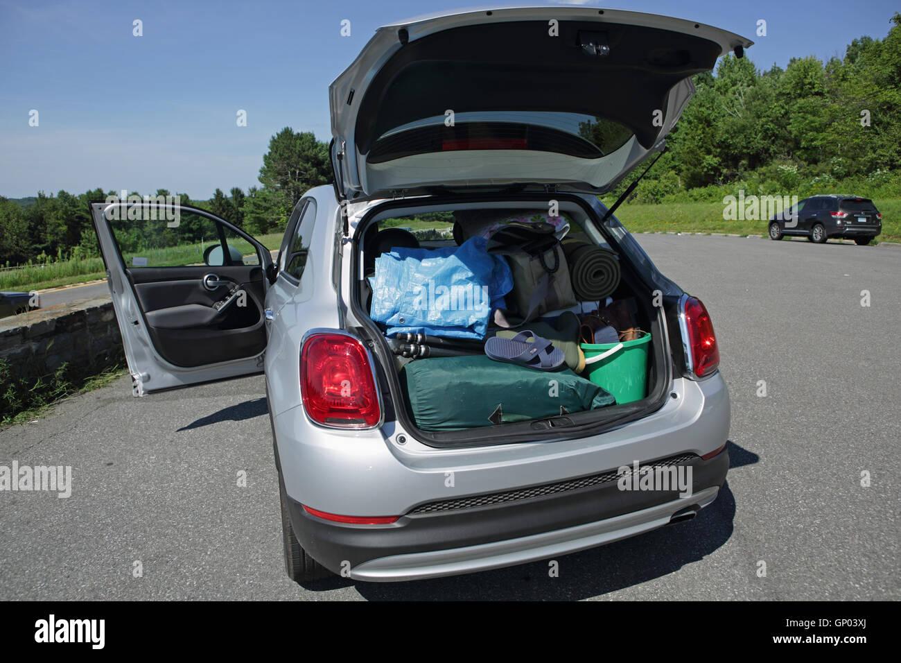 Un pequeño Fiat 500X estacionado en el Taconic Parkway pesadamente cargado con engranaje para camping en Vermont, Imagen De Stock