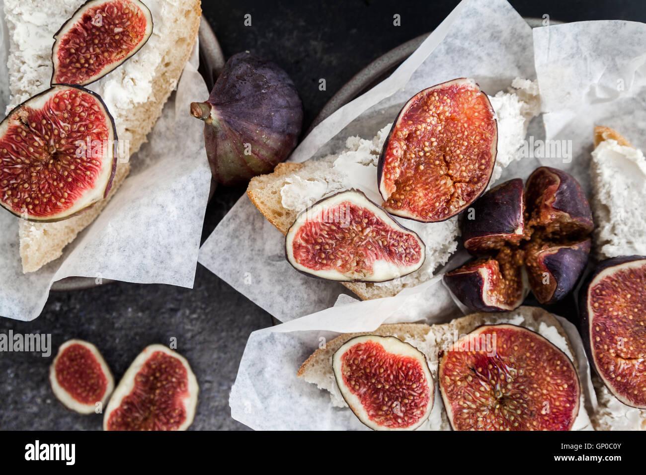 Los higos frescos en crostini de queso de cabra Imagen De Stock