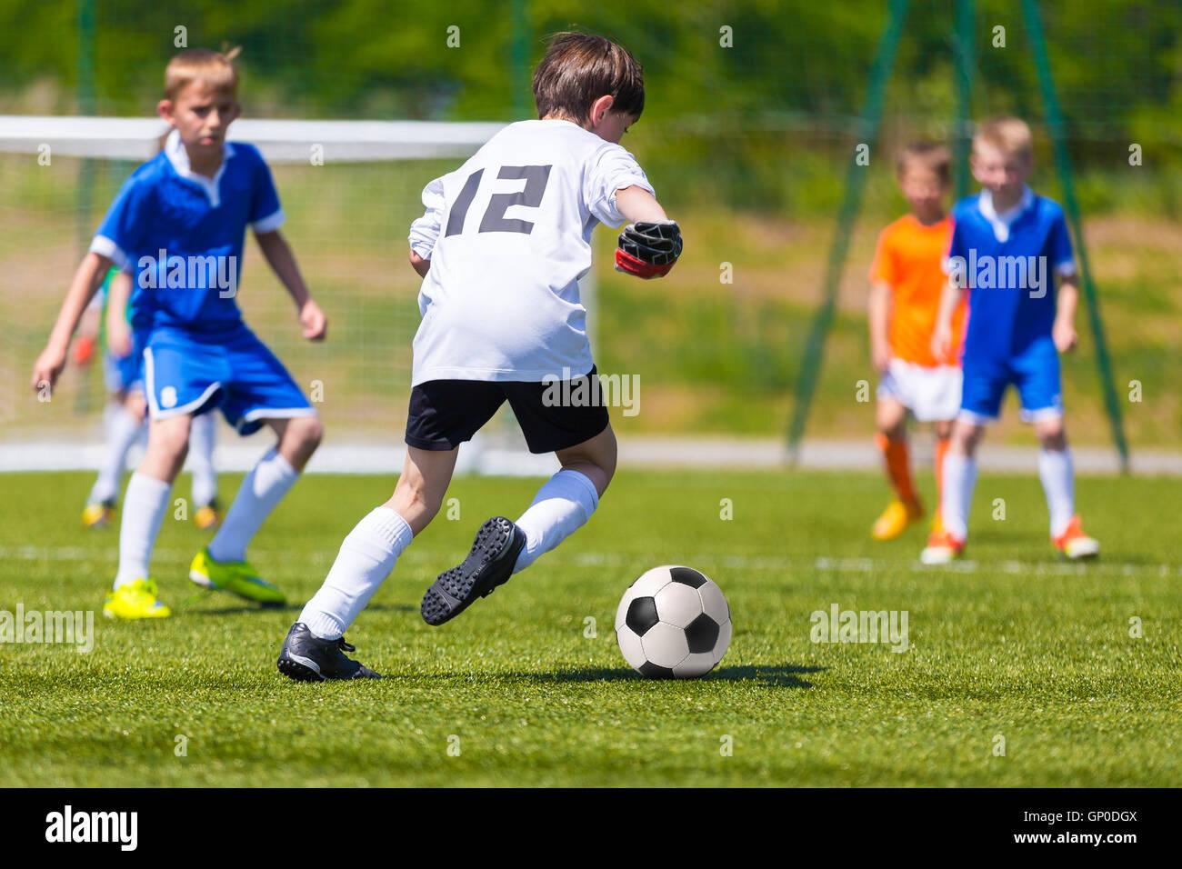 Los Muchachos Jugando Futbol Partido De Futbol Los Ninos Pateando