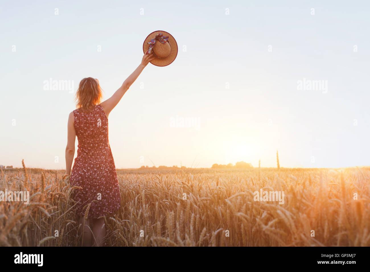 Adiós o antecedentes de despedida, adiós, mujer agitando la mano en el campo Imagen De Stock