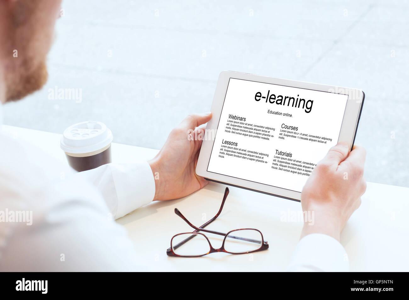 E-learning, la educación empresarial en línea, manos con tablet Imagen De Stock