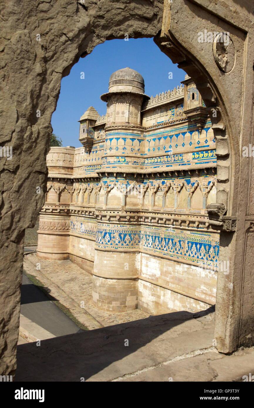 Gwalior Fort vistos a través de la puerta de piedra rotos, Gwalior, Madhya Pradesh, India, Asia Foto de stock