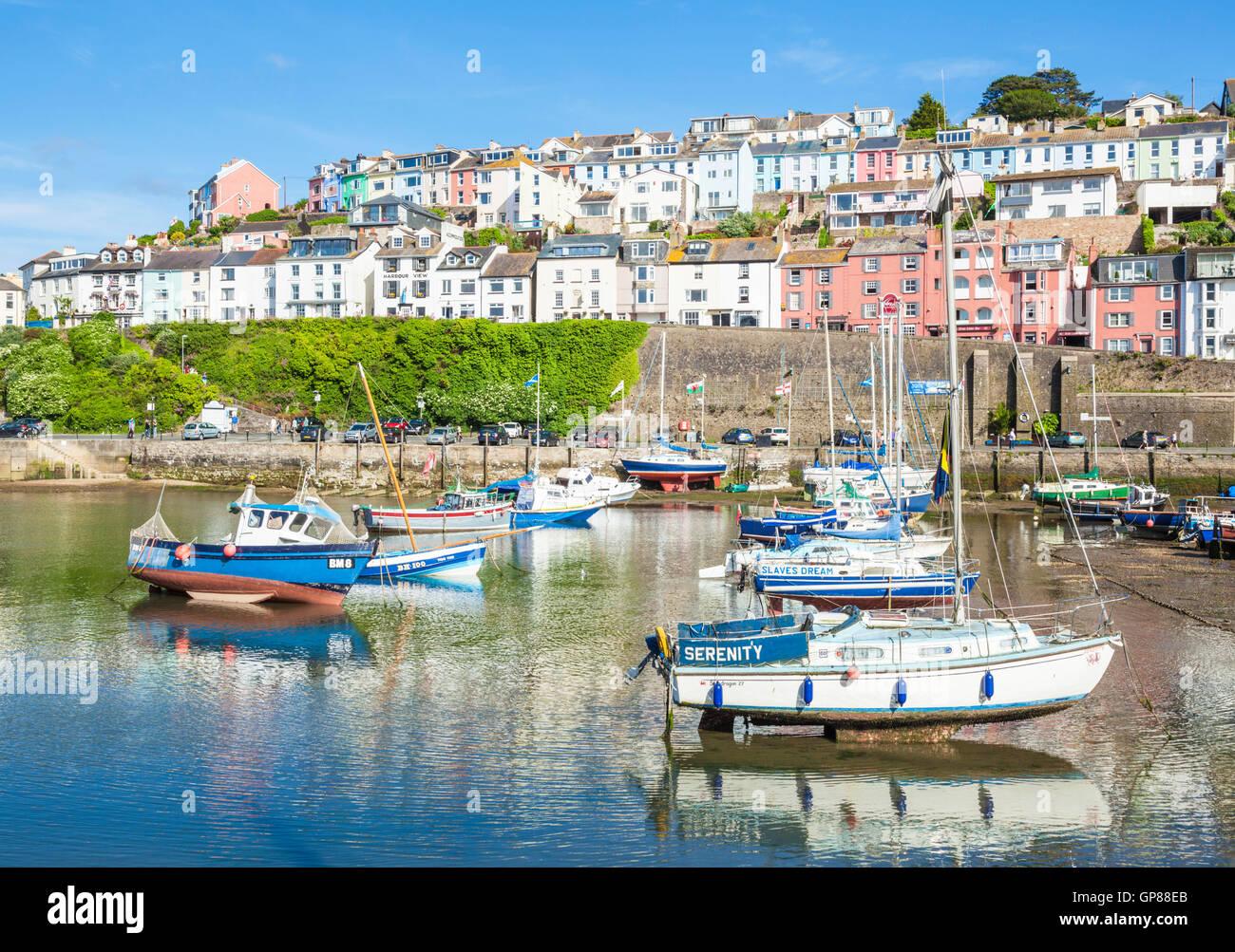 Yates y barcos de pesca Brixham Harbour Brixham Devon Inglaterra GB Europa UE Foto de stock