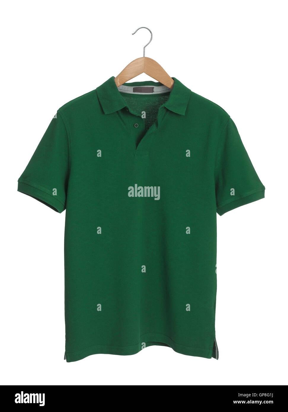 Camiseta verde en una percha de madera Foto de stock