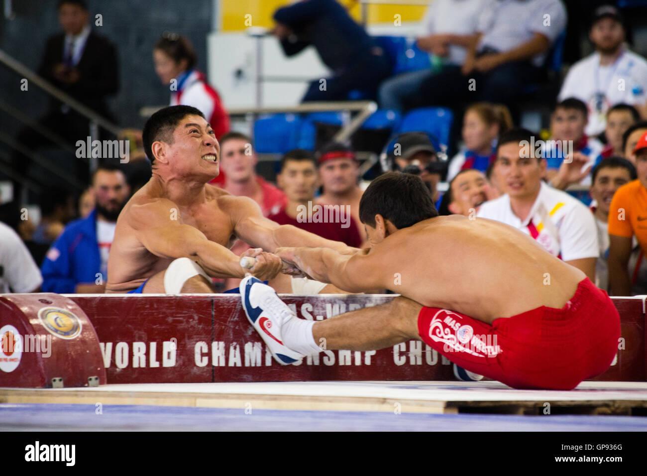 Atletas compiten en Mas-Wrestling (Мас-рестлинг) en el año 2016 Mundo nómada juegos en Kirguistán. Crédito: Stephen Lioy/Alamy Live News Foto de stock