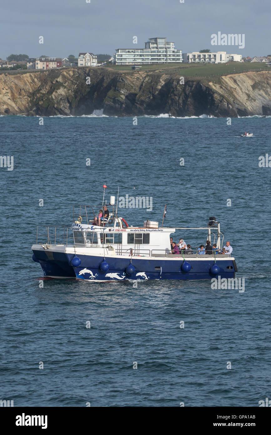 El Atlantic Explorer desde Newquay vaporiza alrededor de Towan cabecero en Cornwall. Imagen De Stock