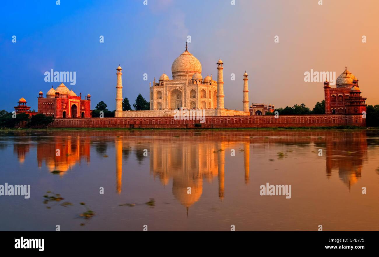 Taj Mahal en Agra, India, en Sunset Imagen De Stock