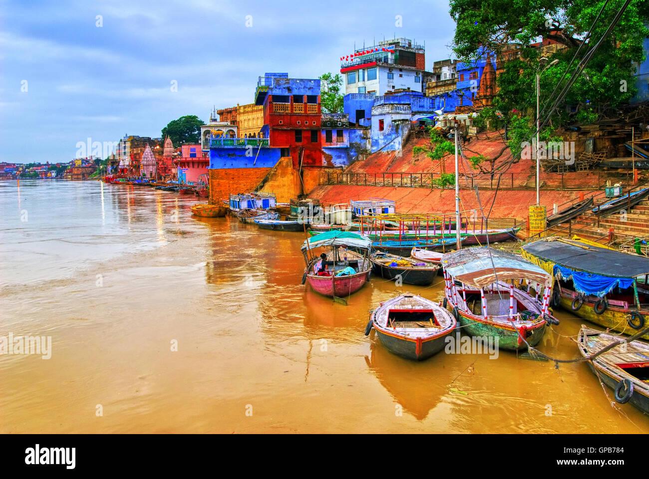 Coloridas casas y barcos en el río Ganges en Varanasi, India Imagen De Stock