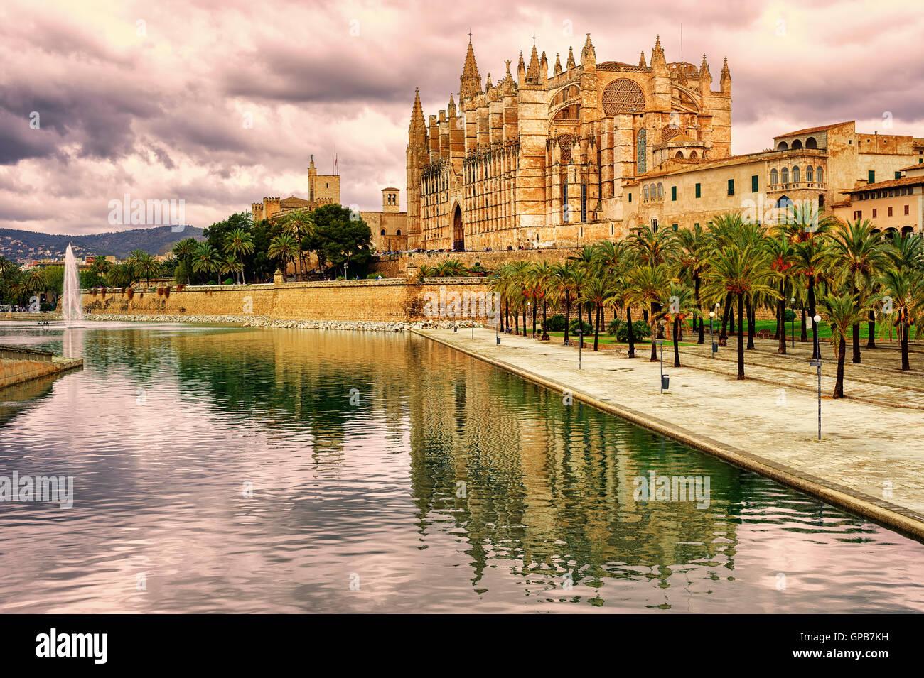 La Seu, la catedral de Palma de Mallorca, reflejándose en el agua en el atardecer, España Imagen De Stock