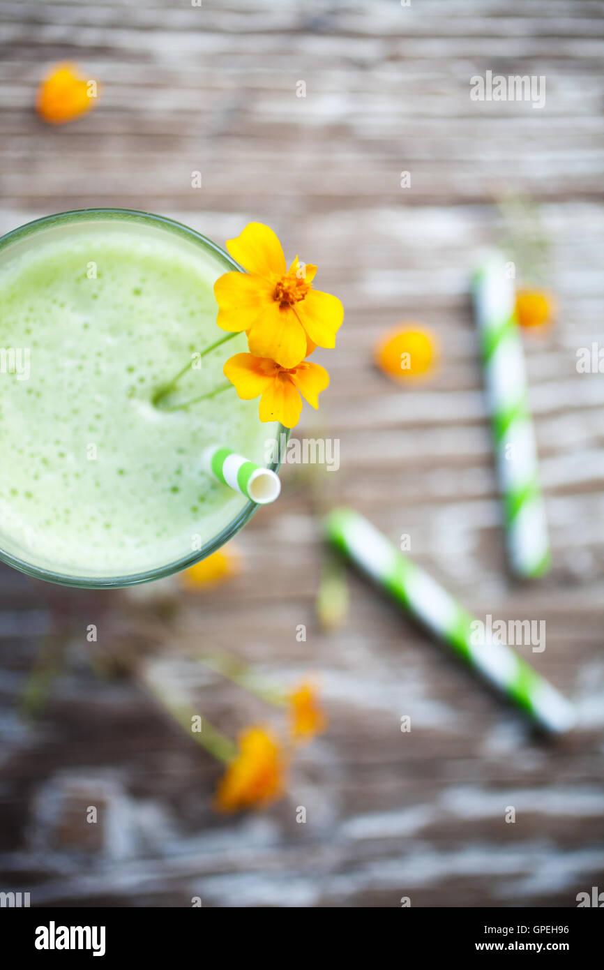 Verde saludable zumo de fruta y verdura Imagen De Stock