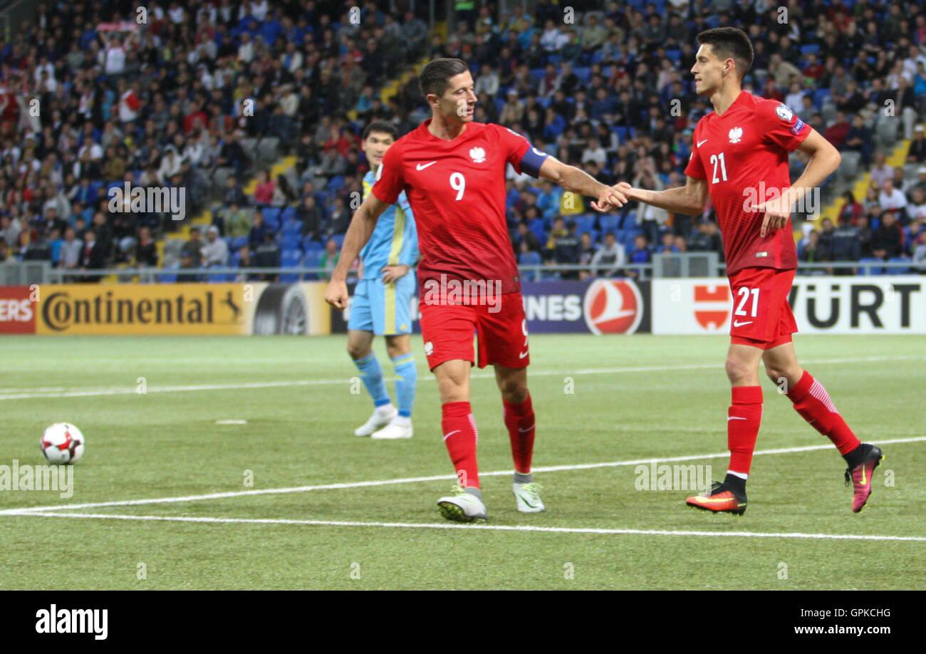 En Astana, Kazajstán. El 4 de septiembre, 2016. Robert Lewandowski (POL) celebra el gol con Bartosz Kapustka (POL). Kazajstán frente a Polonia, la Copa Mundial de la Fifa 2018 calificador. El juego terminó en un empate 2-2 Crédito: Además de los deportes de acción Images/Alamy Live News Foto de stock