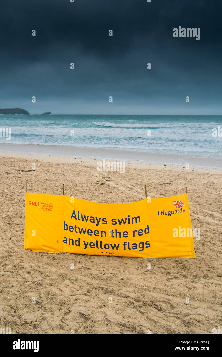 Una seguridad RNLI banner en Fistral Beach; en Newquay, Cornwall. Imagen De Stock