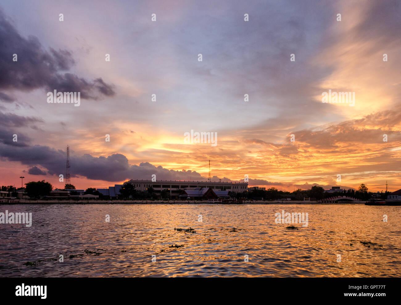 Vista panorámica de Bangkok sobre el río Chao Phraya al atardecer Foto de stock