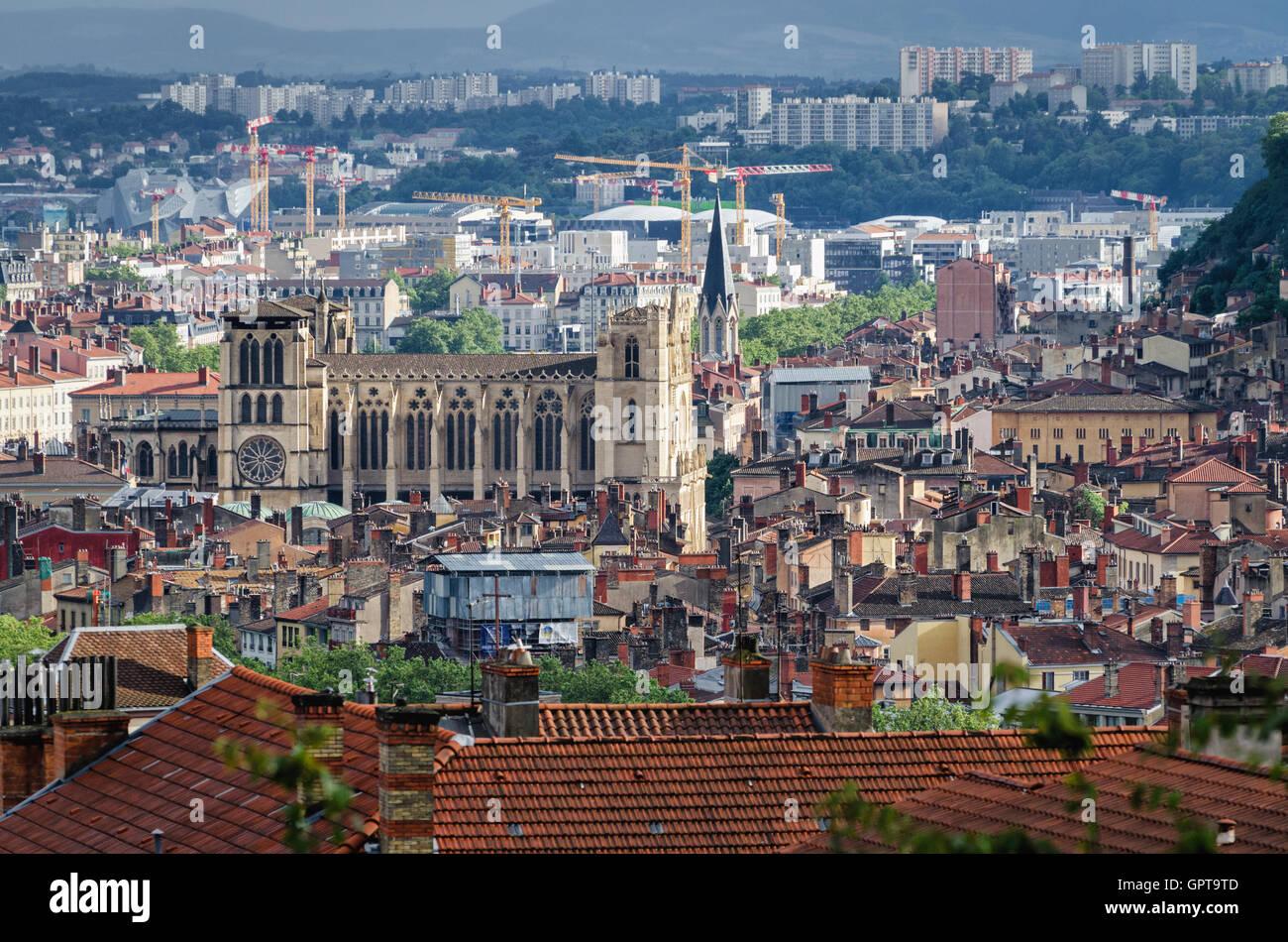 Vista panorámica de Lyon con la Catedral de Saint Jean Baptiste Foto de stock