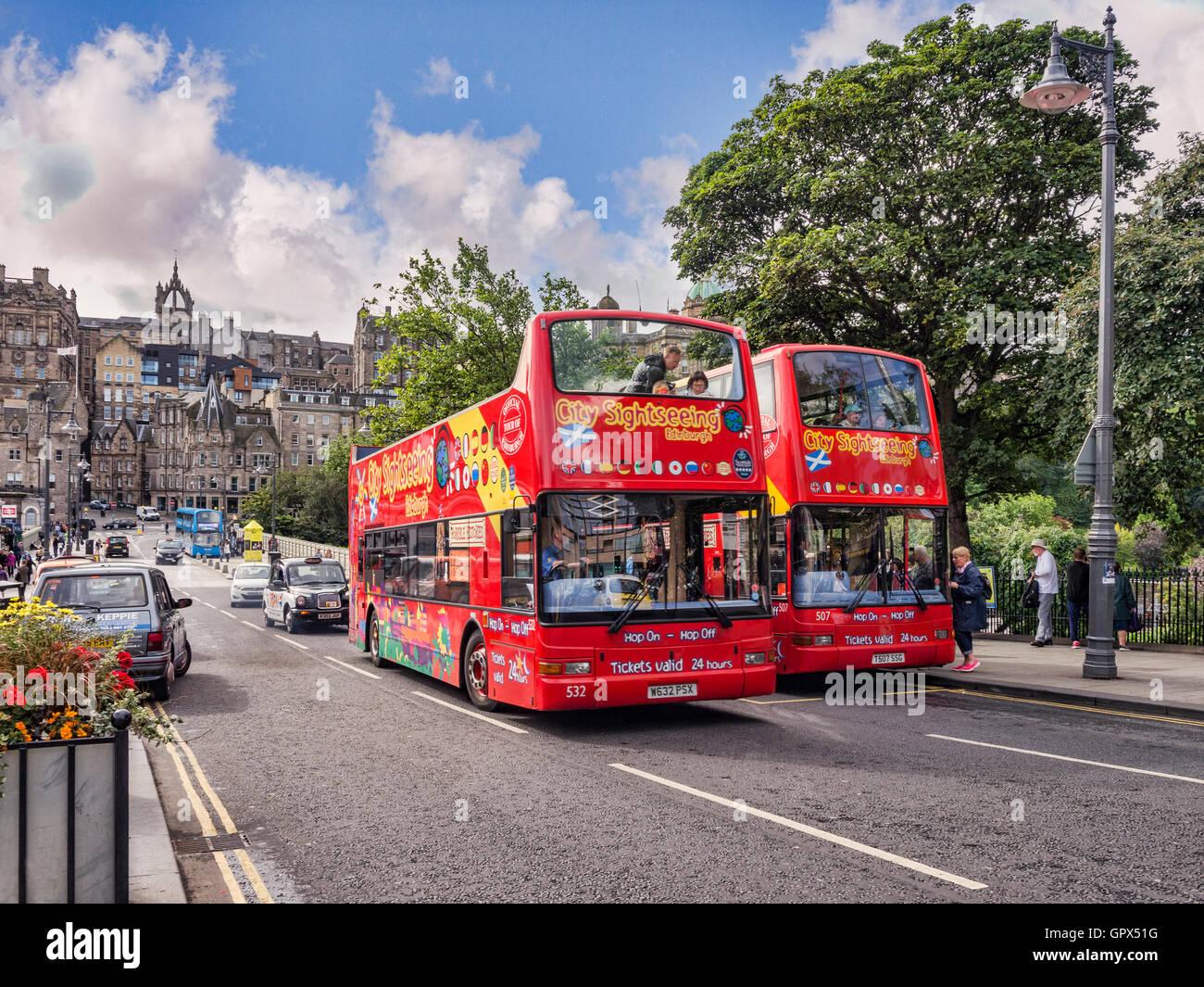 Excursión de dos autobuses en una parada de autobús en Waverley Bridge, Edimburgo, superando a las otras, Imagen De Stock