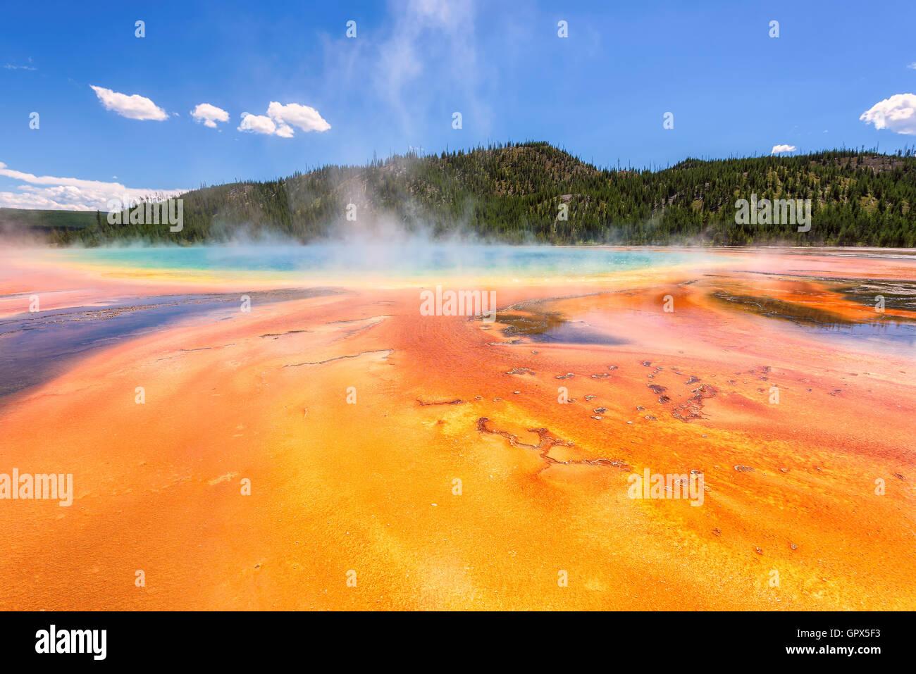 El mundialmente famoso Grand Prismatic Spring, en el Parque Nacional de Yellowstone. Foto de stock