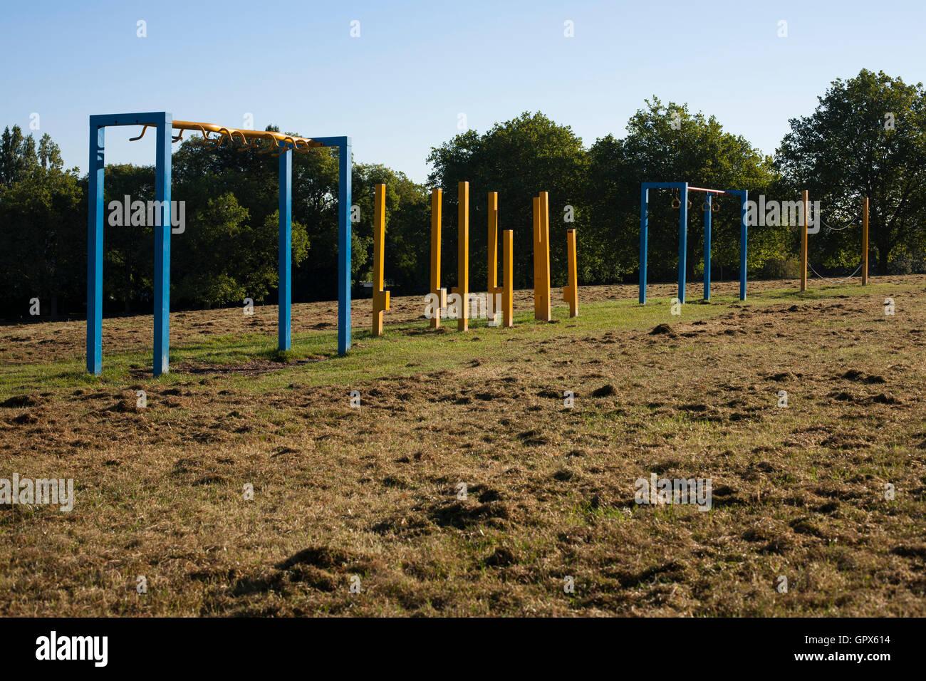 Equipo de ejercicio en campos montañosos Park, Londres. Imagen De Stock