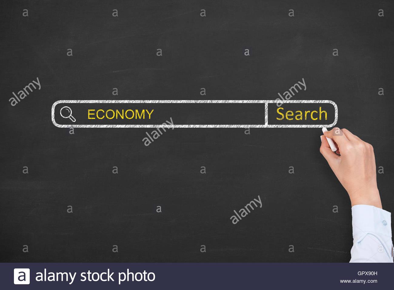 Motor de búsqueda de economía sobre la pizarra Foto de stock