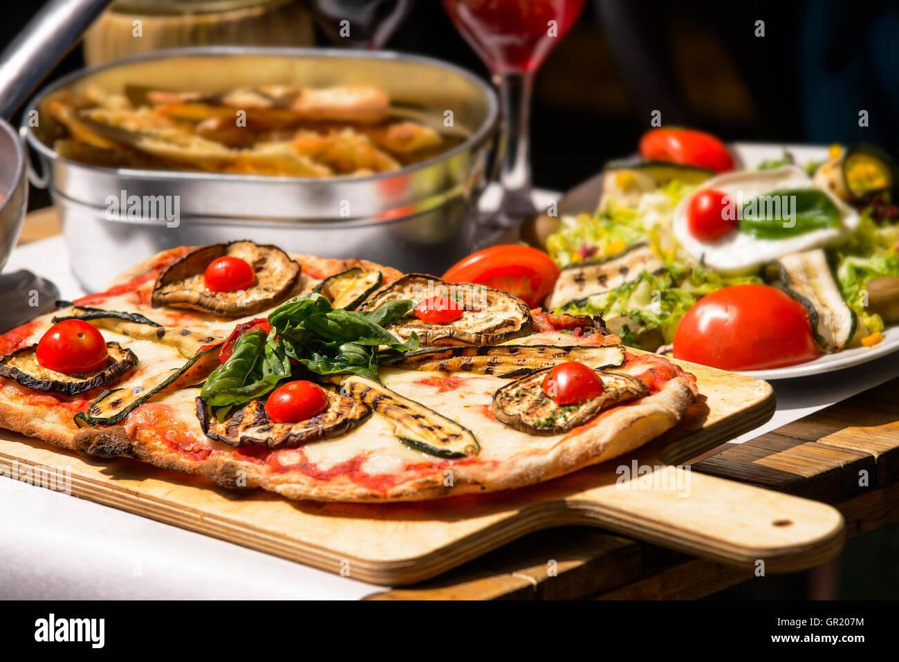 El restaurante de pasta en la ciudad de Roma, Italia, el sur de Europa. Pasta de huevo, comida casera.deliciosa Imagen De Stock