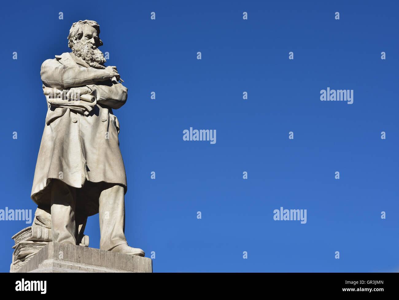 Estatua de mármol de la intelectual y patriota italiano Niccolo Tommaseo en el centro de la Plaza del Campo Santo Stefano (siglo XIX Foto de stock