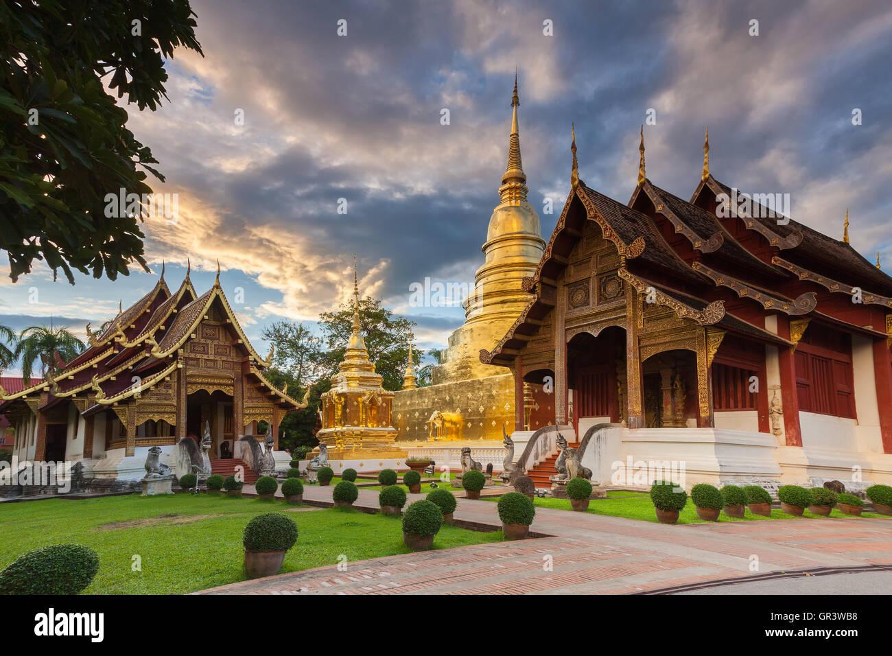 Wat Phra Singh al atardecer, el templo más venerado en Chiang Mai, Tailandia. Foto de stock