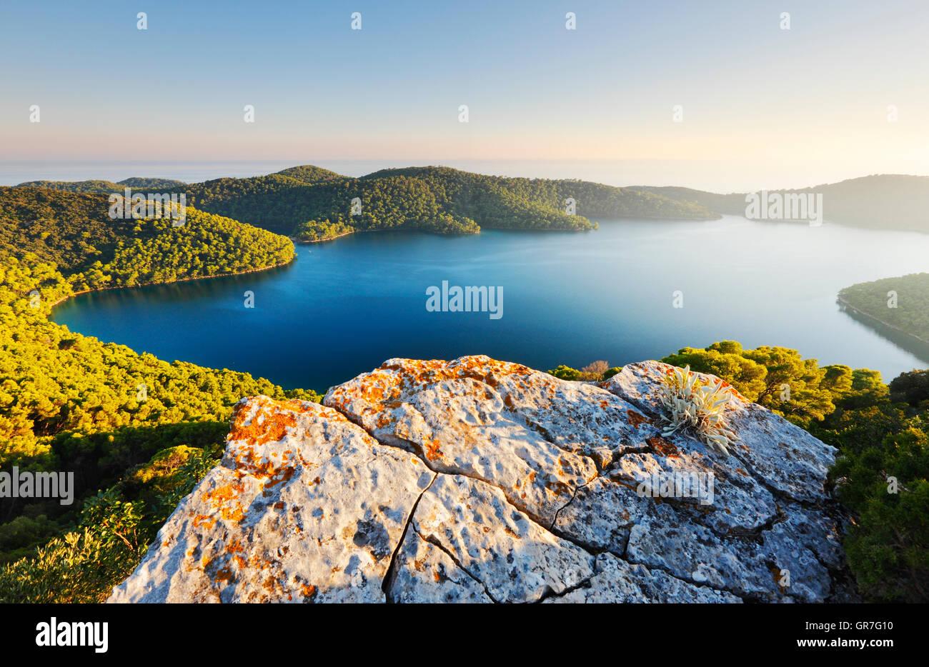 Hermoso paisaje de lagos en el Parque Nacional Mljet Foto de stock