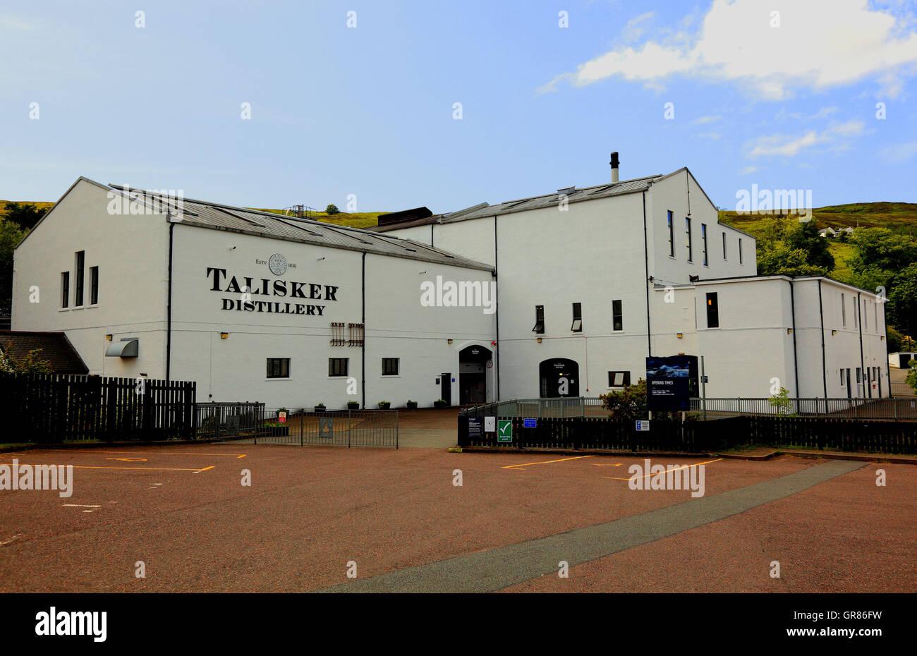 En Escocia, las Hébridas interiores, la Isla de Skye, Minginish península, la construcción de la destilería de whisky Talisker Foto de stock