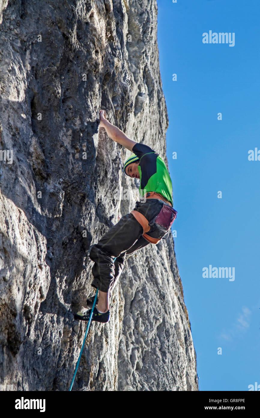 Escalador extrema en una ruta de 11 Dificultad en Tirol Imagen De Stock