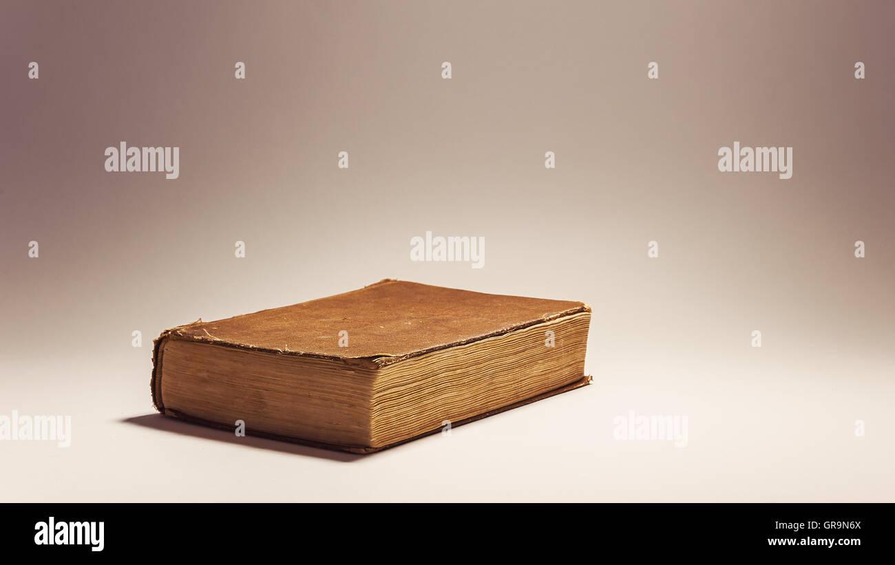 Composición conceptual sobre la lectura de libros antiguos retro libro sobre fondo blanco. Imagen De Stock