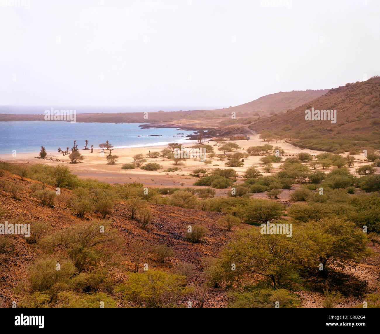 La playa principal y a la bahía de San Francisco, Santiago, Islas de Cabo Verde, África. Imagen De Stock