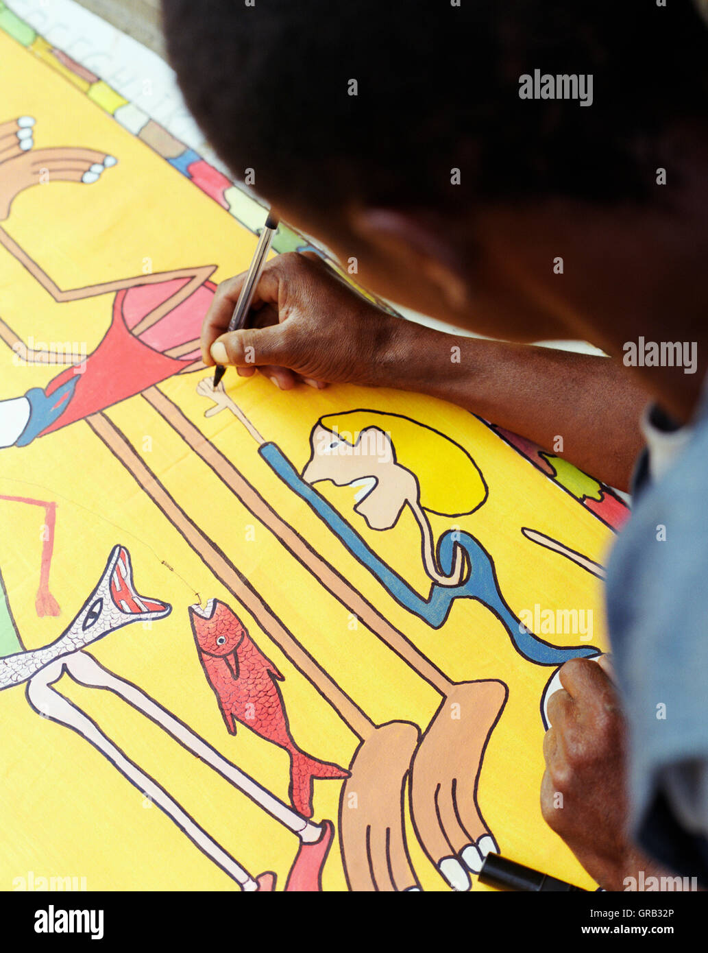Artista rebelde Fico pinta una pintura en su aldea de Espinho Branco, Santiago, Islas de Cabo Verde, África. Imagen De Stock