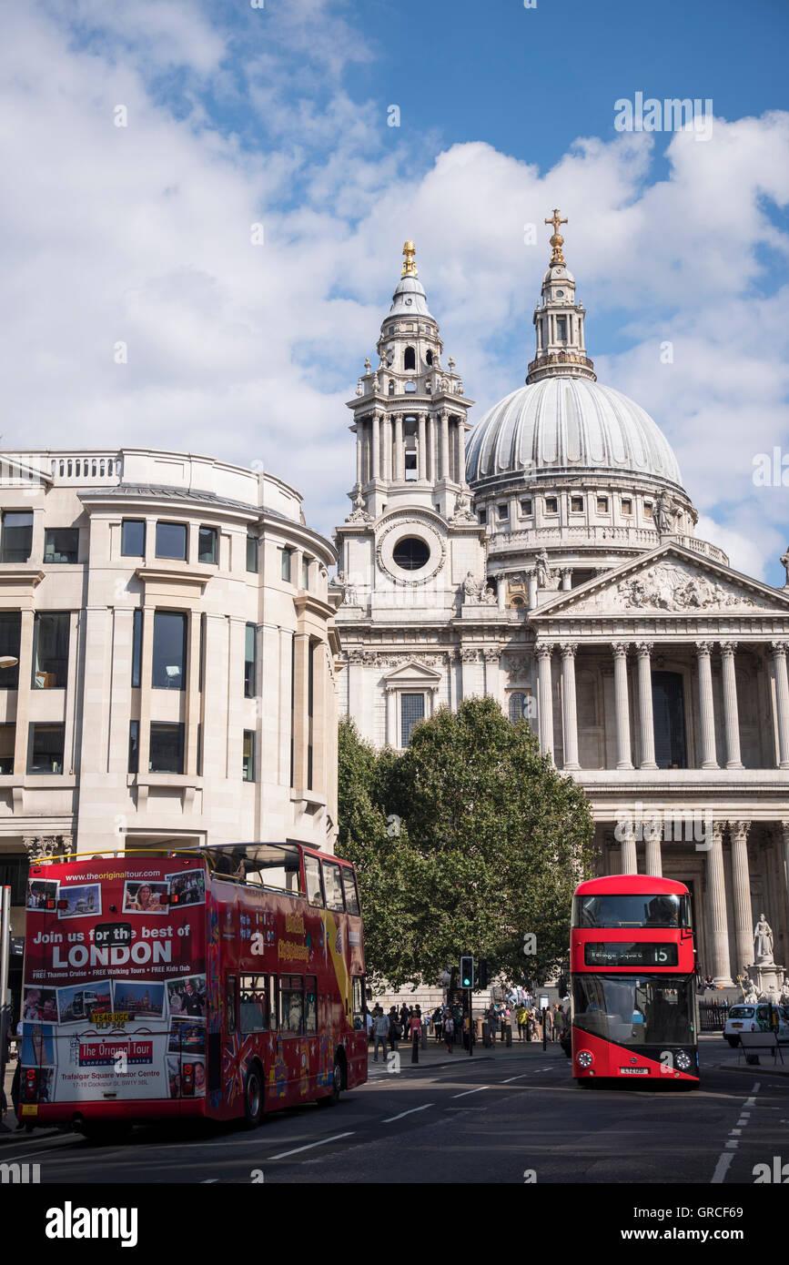 Los autobuses rojos de dos pisos de Londres en frente de la Catedral de San Pablo, Londres, Inglaterra, Reino Unido Imagen De Stock