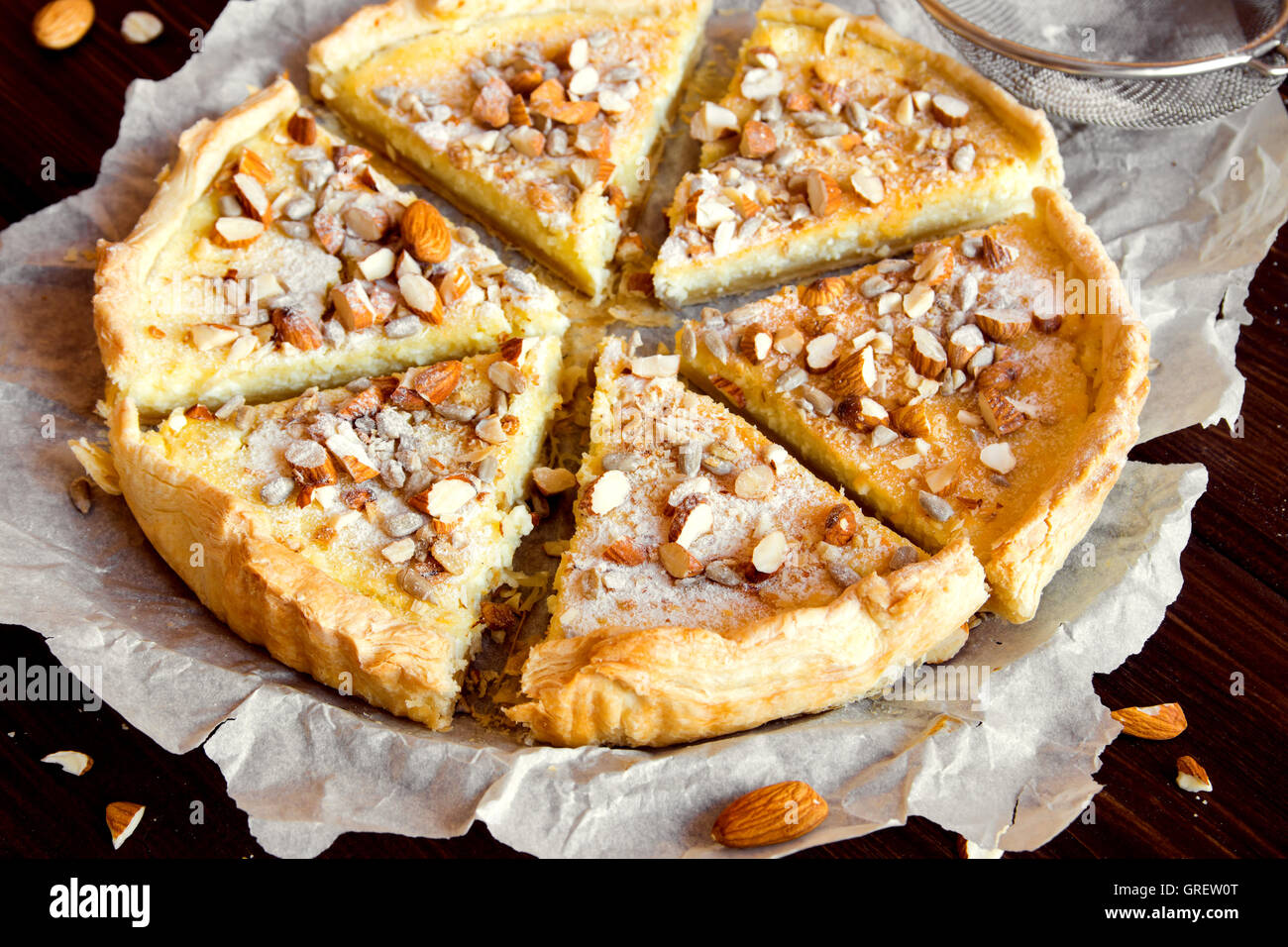 Tarta de dulce con queso cottage, caramelo, nueces y semillas Imagen De Stock