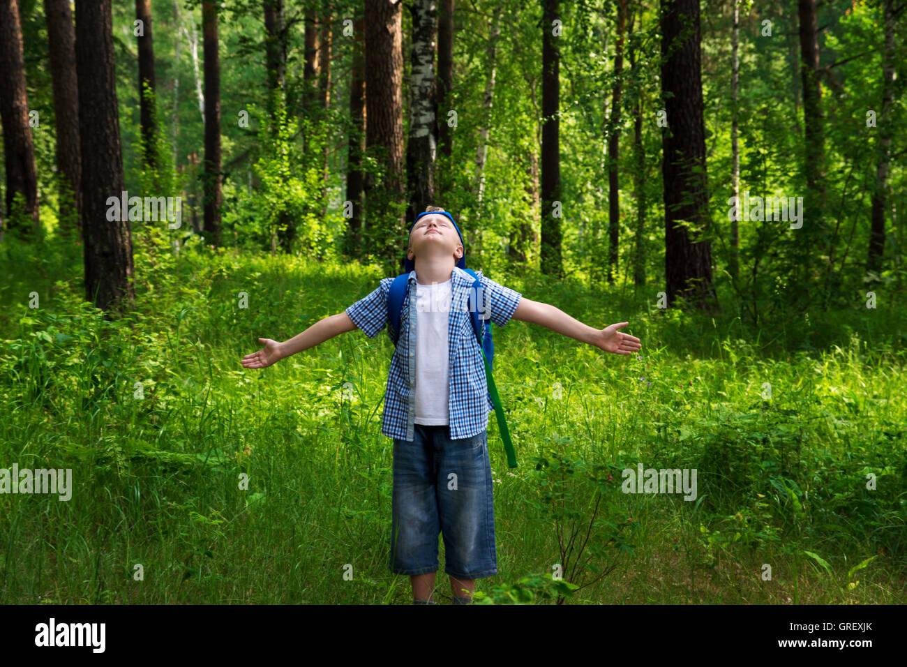 Guapo Poco Feliz Sonriente Nino Varon Caminar Y Divertirse En El Bosque Verde Parque Y Respirar Aire Fresco Fotografia De Stock Alamy