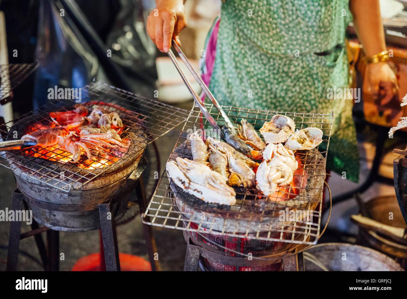 CHIANG MAI, Tailandia - 27 de agosto: vendedor de comida Cocina mariscos en el mercado del sábado noche, (Calle) Imagen De Stock