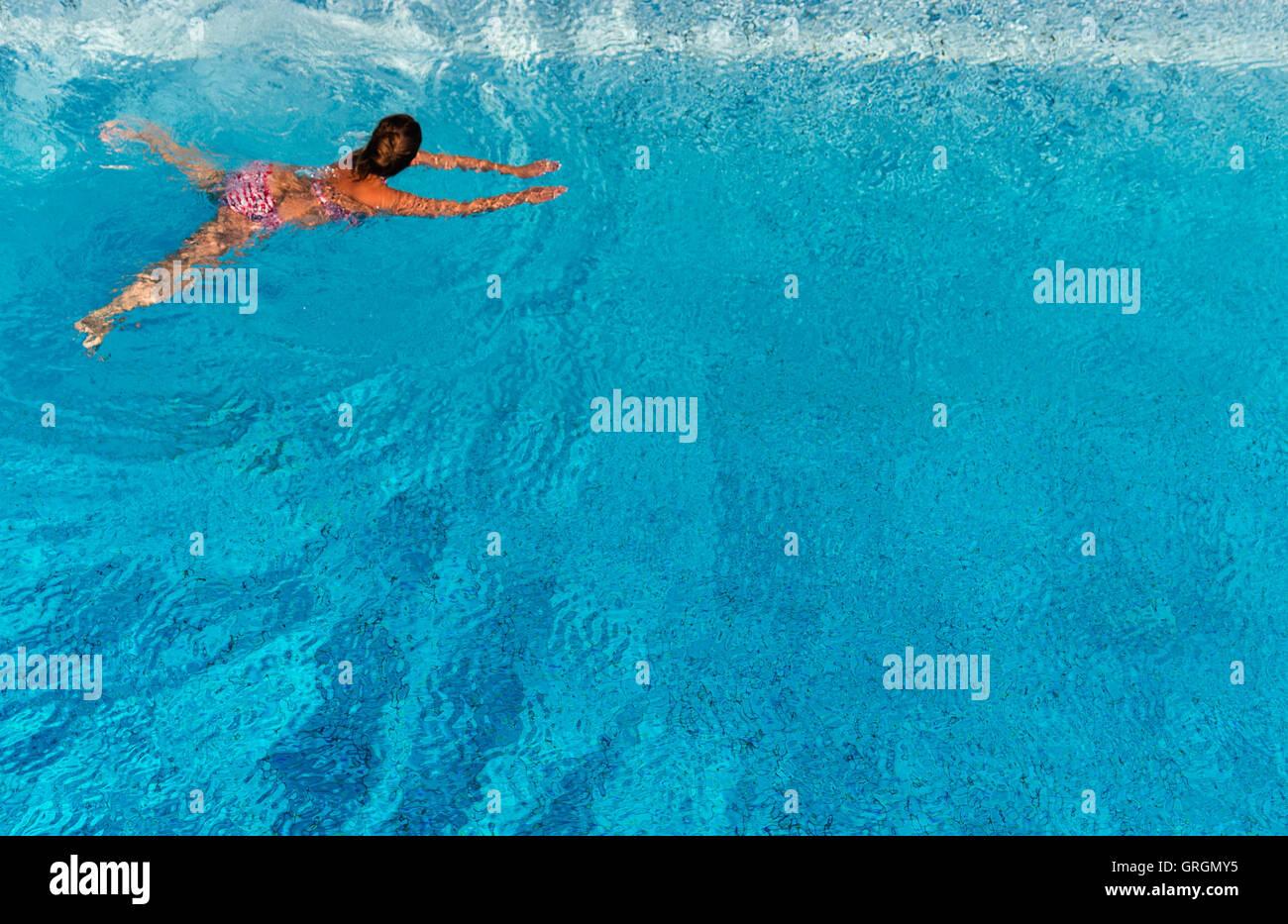Hannover, Alemania. 7 Sep, 2016. Una mujer nadando en la piscina Lister, en Hanover, Alemania, el 7 de septiembre Imagen De Stock