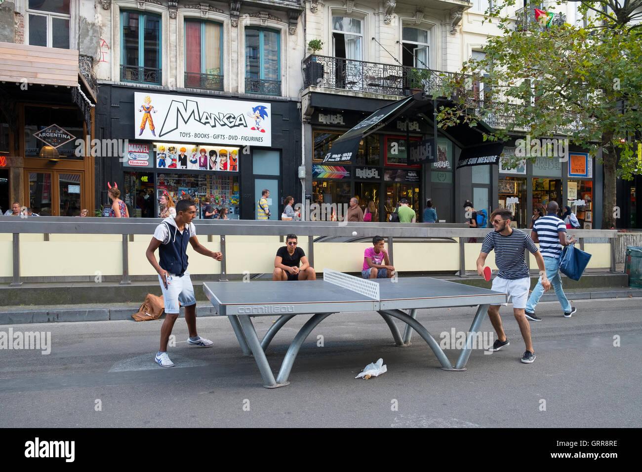Dos personas jugando al tenis de mesa calle Bruselas Imagen De Stock