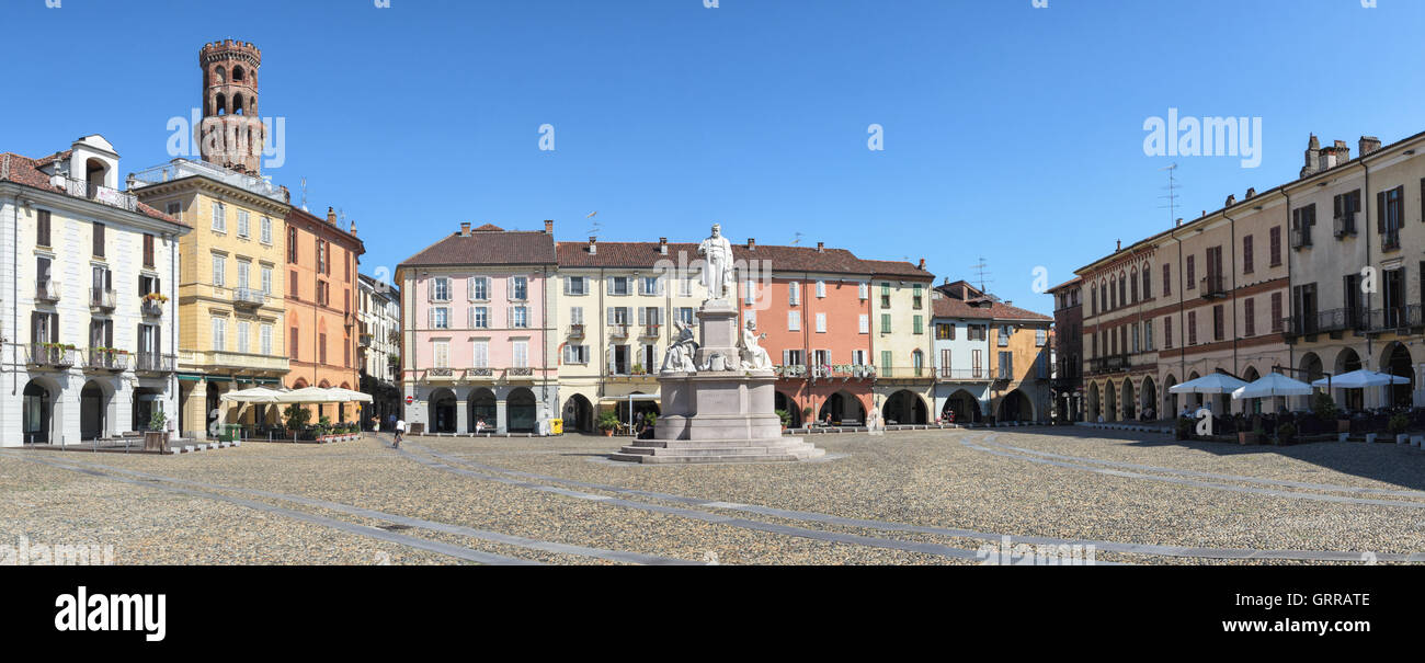 Vercelli, Piazza Cavour e Torre dell'Angelo Foto de stock